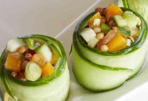 Agurkruller med tomat- og linsesalat oppskrift.