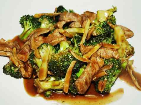 Biffkjøtt i wok med brokkoli og ingefær oppskrift.