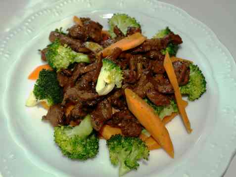 Svinewok med brokkoli og gulrot oppskrift.