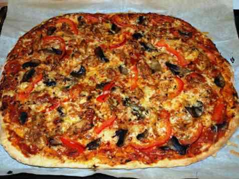 Pizza med marinert kylling og sopp oppskrift.