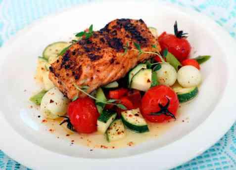 Kryddermarinert grillet laks med grønnsaker oppskrift.