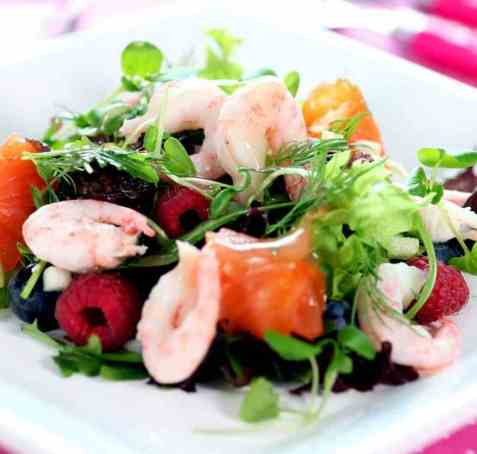 Sommersalat med reker, røykt laks, bringebær og blåbær oppskrift.