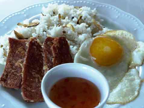 Frokost med hvitløkris, stekt skinke og egg oppskrift.