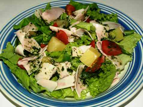 Salat med kalkunskiver og ananas oppskrift.
