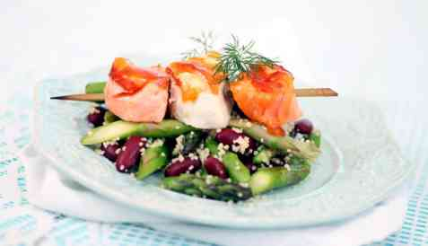 Grillspyd av kveite og laks med couscous, asparges og bønner oppskrift.