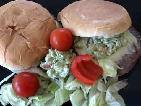 Bilde av Mexi-burger med avokado-salsa.