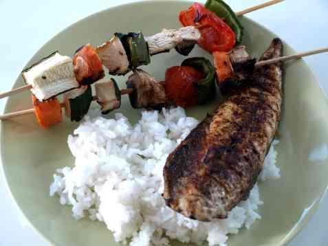Grillet makrellfilet med grønnsaksspyd oppskrift.