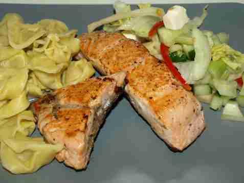 Dagens oppskrift er Villaks med tortellini og fetaostsalat.