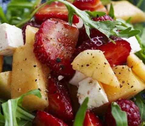 Jordbær- og melonsalat med limedressing oppskrift.