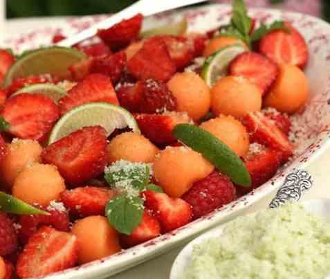 Jordbær- og melonsalat med limesukker oppskrift.