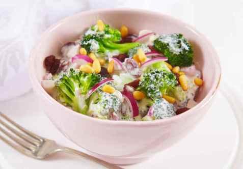 Kremet brokkolisalat oppskrift.