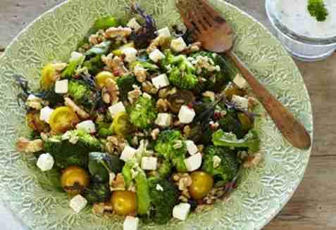 Lun brokkolisalat med fetaost oppskrift.
