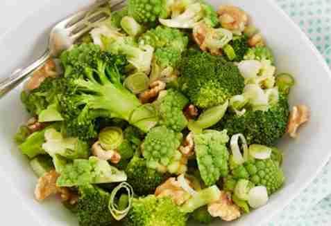 Brokkolisalat med romanesco og valnøtter oppskrift.
