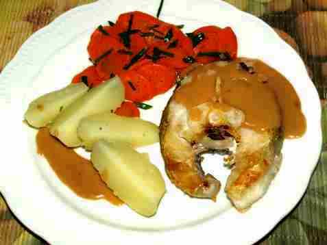 Stekt torsk med brun saus og gulrot oppskrift.