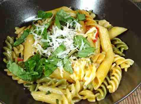 Pasta med ricotta, tomater og basilikum oppskrift.