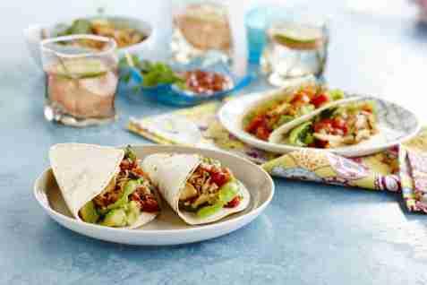 Pulled-chicken-taco med fersk tomatsalsa oppskrift.