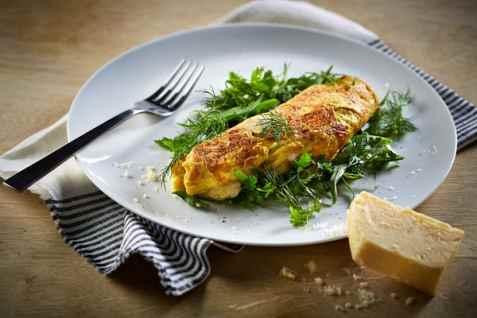 Omelett med ost og urter oppskrift.