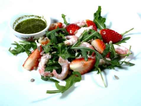 Jordbærsalat med reker og ruccula oppskrift.