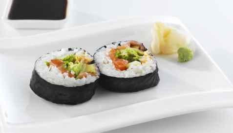 Futomaki sushi med laks oppskrift.