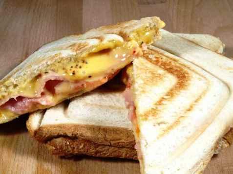 Vår beste toast med ost og skinke oppskrift.