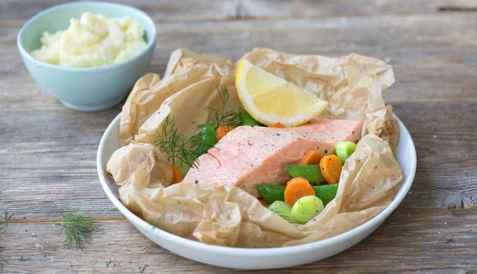 Laksepakke med grønnsaker oppskrift.