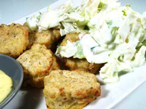 Torskeboller med verdens enkleste salat oppskrift.