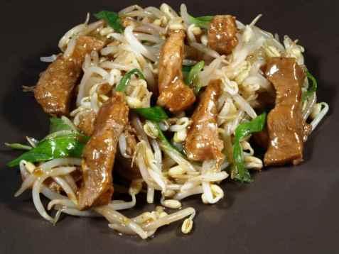 Wok med spirer og svinekjøtt i saus oppskrift.