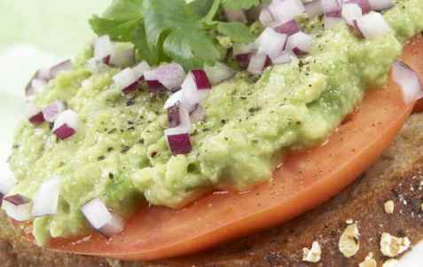 Grovt brød med avokado, tomat og koriander oppskrift.