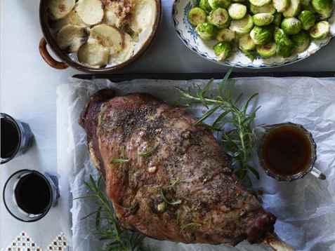 Lammelår med hurtigstekt rosenkål og fløtegratinerte poteter oppskrift.