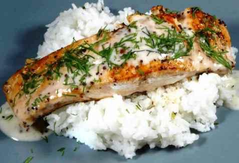 Ørretfilet med hjemmelagd dillsaus og ris oppskrift.