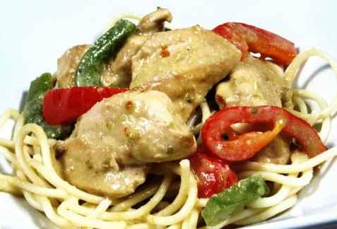 Bilde av Gr�nn karri med pasta.