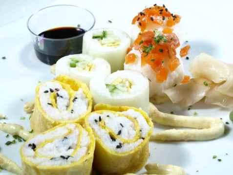 Sushi med purre og omelett oppskrift.