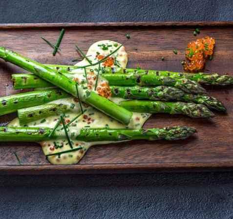 Grillede grønne asparges med mousselinesaus og ørretrogn oppskrift.