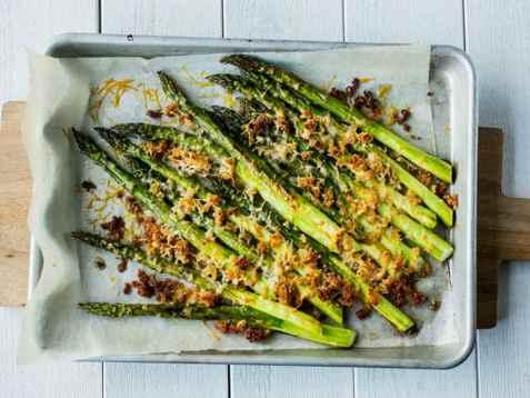 Ovnsbakte asparges med parmesan og sprø smuler oppskrift.