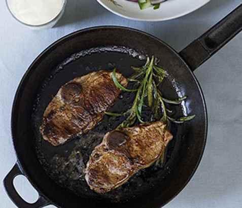 Lammekoteletter med agurk- og potetsalat oppskrift.