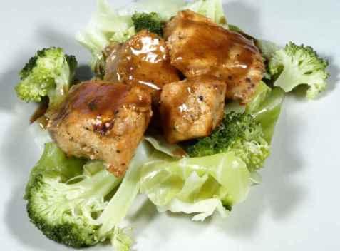 Stekte terninger av laks med brun saus og kål oppskrift.