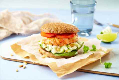 Ørretburger med cottage cheese-dressing oppskrift.