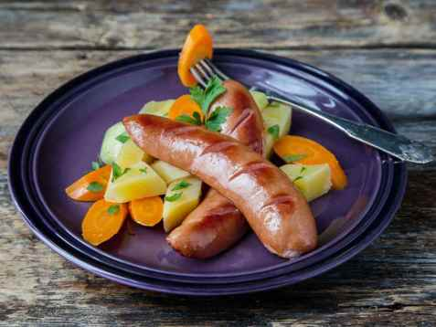 Røkte kjøttpølser med smørdampede rotgrønnsaker oppskrift.