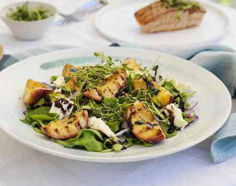 Salat med nektarin og mozzarella til grillet fisk oppskrift.