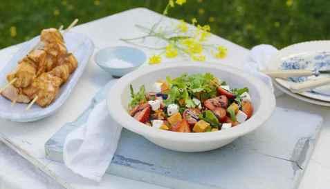 Salat med søtpotet og jordbær til fisk oppskrift.