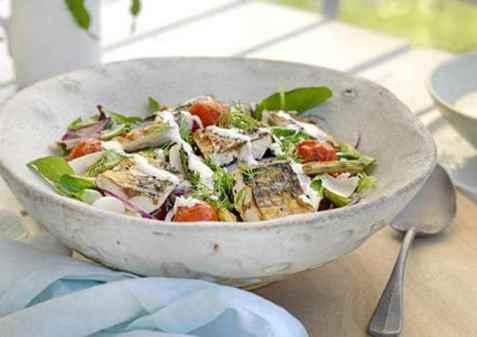 Salat med makrell og rømmedressing oppskrift.