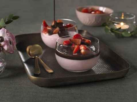 Jordbærmousse med sjokoladesaus oppskrift.