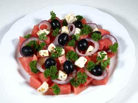 Salat med vannmelon, feta og oliven oppskrift.