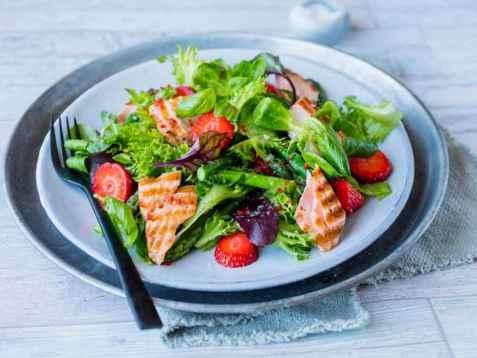 Salat med asparges, laks og jordbær oppskrift.