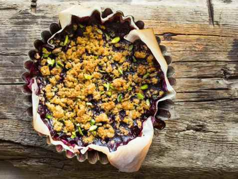 Smuldrepai med bær og pistasj på grill oppskrift.