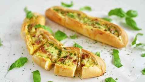 Eggebåter med ost og bacon oppskrift.