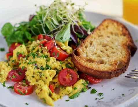 Eggerøre med grønnsaker og ost oppskrift.