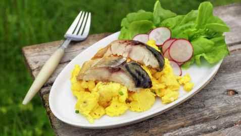 Eggerøre med kaldrøkt makrell oppskrift.