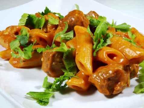 Kjøttboller med tomatsaus og pasta oppskrift.