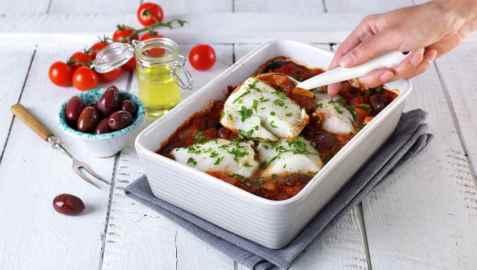 Torsk i form med tomat og oliven oppskrift.